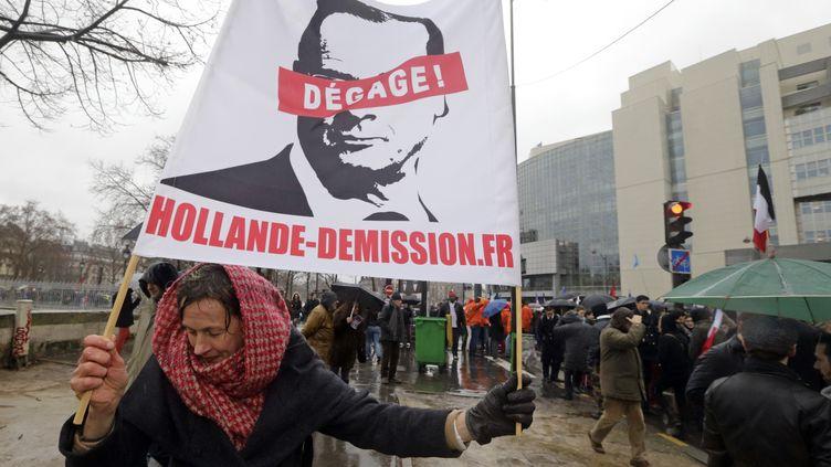 """Une manifestante demande la démission de François Hollande pendant le """"Jour de colère"""", organisé à Paris le 26 janvier 2014. (PHILIPPE WOJAZER / REUTERS)"""