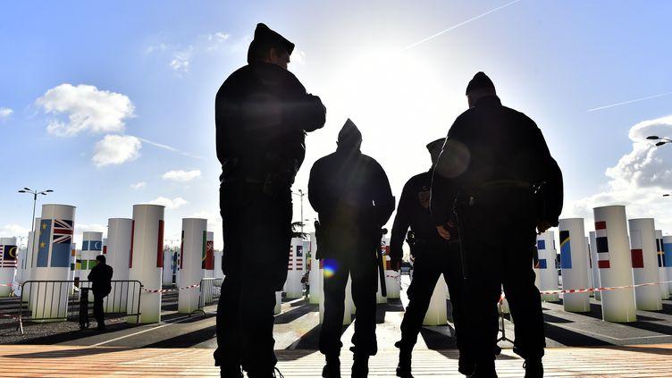 Des policiers devant le site de la COP21, le 26 novembre 2015 au Bourget (Seine-Saint-Denis). (LOIC VENANCE / AFP)
