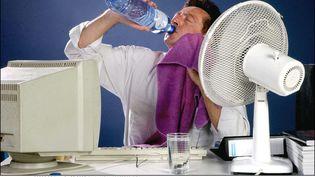 Un employé accablé par la chaleur au bureau. (VIDAL/ISOPRESS/SIPA)