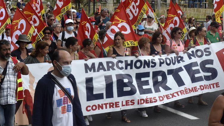 Despersonnes manifestent contre la tenue ducongrès du Rassemblement national à Perpignan (Pyrénées-Orientales), le 3 juillet 2021. (RAYMOND ROIG / AFP)