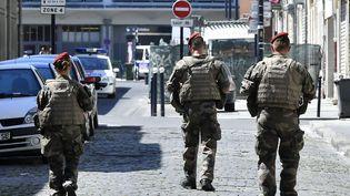 Des soldats patrouillent dans les rues de Bordeaux dans le cadre de l'opération anti-terroriste Sentinelle, le 18 juillet 2016. (GEORGES GOBET / AFP)