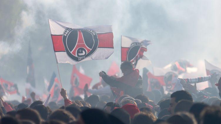 Des supporters parisiens fêtent le titre du PSG, le 13 mai 2013 au Trocadéro, à Paris. (CITIZENSIDE.COM / AFP)