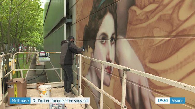 """L'artiste italien Andrea Ravo Mattoni en train de reproduire """"L'art et la littérature"""" de William Bouguereau (France 3 Alsace)"""