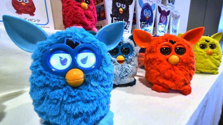 Des jouets Furby connectés sont présentés à Tokyo, au Japon, le 4 septembre 2012. (YOSHIKAZU TSUNO / AFP)