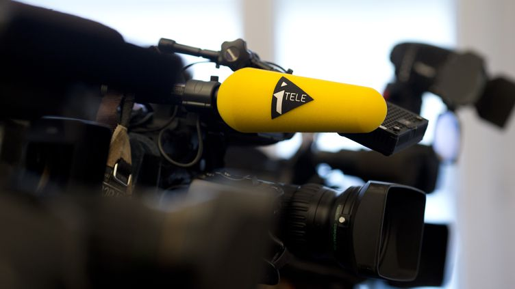 Une caméra de la chaîne d'information en continu, i-Télé, à Paris, le 14 septembre 2014. (KENZO TRIBOUILLARD / AFP)