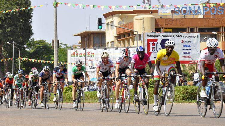 Le peloton sur le Tour du Faso 2012 (AHMED OUABA / AFP)