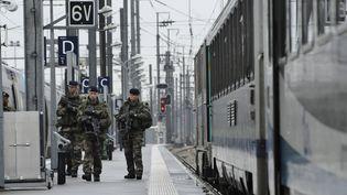 Des soldats patrouillent en gare de Nantes, le 18 décembre 2015. (MAXPPP)