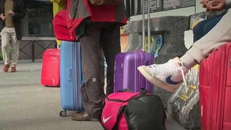 Coronavirus : les Français abordent les vacances de la Toussaint dans l'incertitude  (FRANCEINFO)