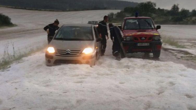 Des automobilistes pris dans les congères, mercredi 3 juillet, dans le Gard. (FRANCE 3)