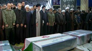 Leguide suprême iranien, l'ayatollah Ali Khamenei,prie devantle cercueil du général Qassem Soleimani, le 6 janvier 2020 à Téhéran (Iran). (IRANIAN LEADER PRESS OFFICE / ANADOLU AGENCY / AFP)