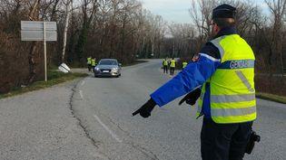 Un contrôle routier de gendarmes (illustration). (ADÈLE BOSSARD / RADIOFRANCE)