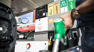 Une pompe à essence à Paris, le 22 août 2012. (MAXPPP)