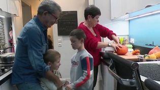 Coronavirus : la crainte de la maladie n'empêche pas les grands-parents de profiter de leurs petits-enfants (France 2)