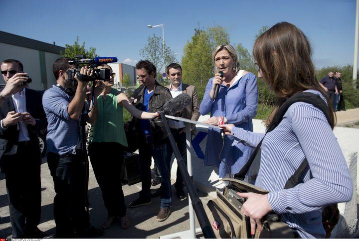 Marine Le Pen devant un camp de Roms à Wissous, dans l'Essonne, le 25 avril 2013. (SIPA )