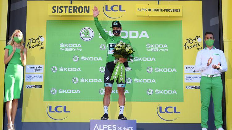 Le nouveau podium du Tour avec un hôte et une hôtesse (STUART FRANKLIN / POOL / GETTY POOL)