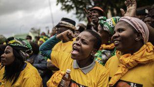 Des partisans du Congrès national africain, le parti au pouvoir en Afrique du Sud, fêtent la condamnation, le 27 octobre 2017 à Middelburg, de deux fermiers blancs pour la tentative de meurtre contre un Noir. (GIANLUIGI GUERCIA / AFP)