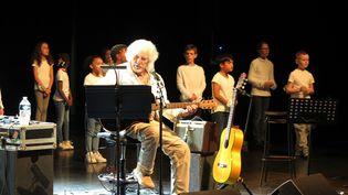 Hugues Aufray masterclass.Des élèves ont repris quelques uns des classiques du chanteur,aux côtés de l'artiste, le 13 octobre. (CHRISTOPHE LEFEVRE / MAXPPP)