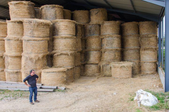 Henri Guillemot, éleveur, devant ses stocks de fourrage, àToulon-sur-Arroux (Saône-et-Loire), le 2 octobre 2018. (THOMAS BAÏETTO / FRANCEINFO)