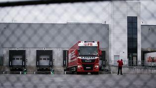 3 décembre 2020. Chargement de vaccins anti-Covid-19 à l'usine Pfizer de Puurs en Belgique. (KENZO TRIBOUILLARD / AFP)