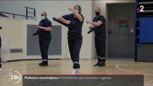 Les futures nouvelles recrues de la police municipale de Paris sont formées au maniement du tonfa ou à l'interpellation d'individus. Mais ce n'est pas le coeur de métier de cette police du quotidien. (FRANCE 2)