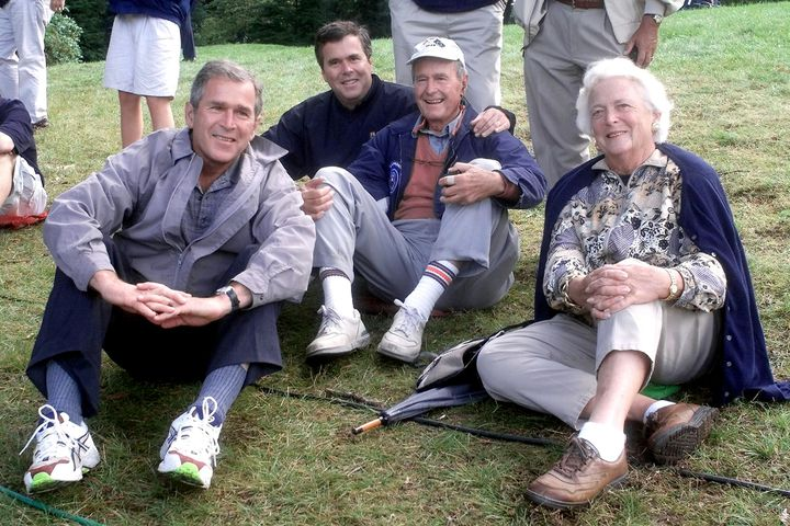De gauche à droite, George W. Bush Junior, Jeb Bush, George Bush père et Barbara Bush, réunis le 25 septembre 1999, à Brookline (Massachusetts). (JOHN MOTTERN / AFP)
