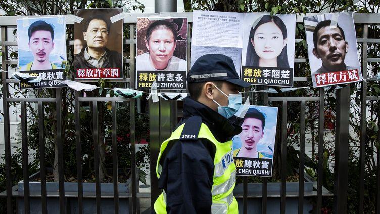 Les portraits (de gauche à droite) de Chen Qiushi,Xu Zhangrun,Xu Zhiyong, Li Qiaochu et Fang Bin, affichés à Hong Kong, le 19 février 2020. (ISAAC LAWRENCE / AFP)