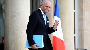 Le ministre des Affaires étrangères, Laurent Fabius, quitte l'Elysée, au terme du Conseil des ministres, le 10 février 2016, à Paris. (STEPHANE DE SAKUTIN / AFP)