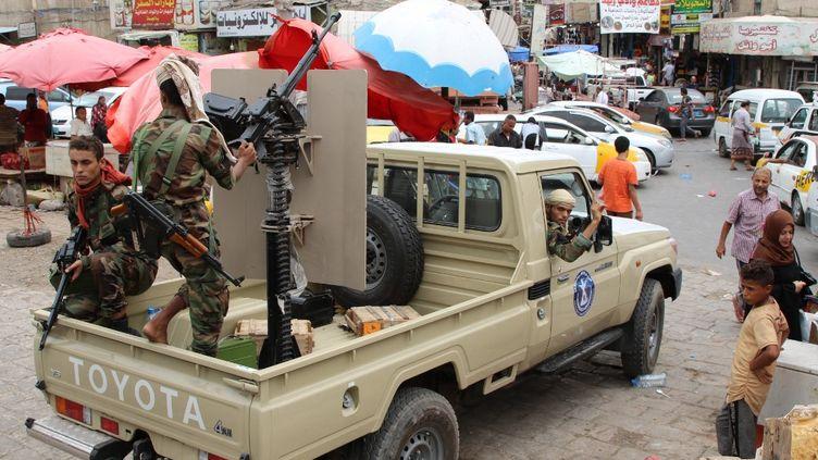 Des combattants séparatistes conduisent leur pick up à Aden, le 8 août 2019 (NABIL HASAN / AFP)