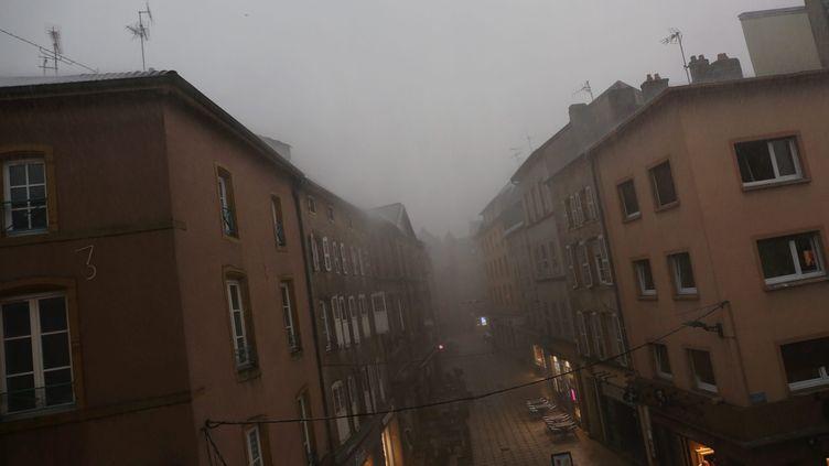Les rues de Thionville, en Moselle, désertées par les habitants en raison des oragesvendredi09 août2019. (JULIO PELAEZ / MAXPPP)