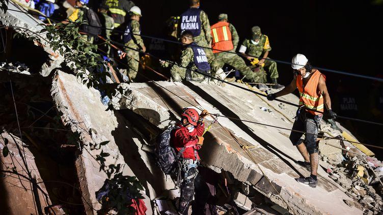 Les secours à l'œuvre à Mexico, après le tremblement de terre qui frapé le Mexique, le 19 septembre 2017. (RONALDO SCHMIDT / AFP)