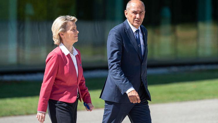 La présidente de la Commission européenne Ursula von der Leyen et le Premier ministre slovèneJanez Janša, à Brdo (Slovénie) le 1er juillet 2021. (JURE MAKOVEC / AFP)
