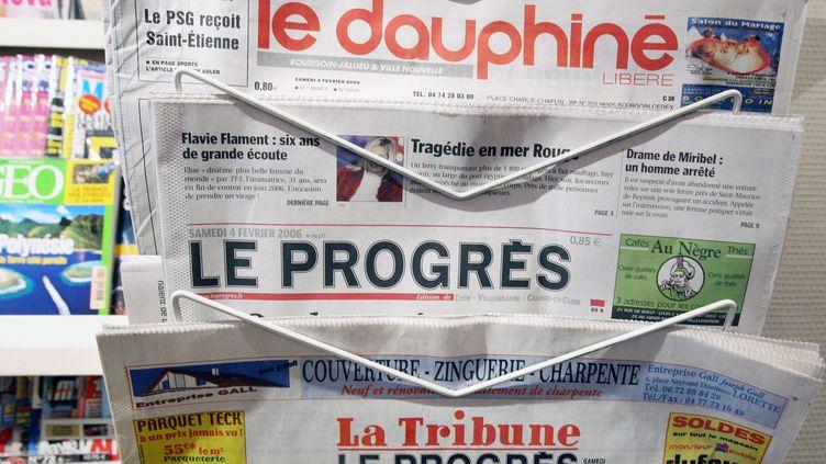 """Trois quotidiens régionaux, dont """"Le Dauphiné libéré"""", dans un kiosque le 4 février 2006. (PHILIPPE MERLE / AFP)"""