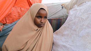 Nurta Mohamed, 13 ans, a fui un mariage forcé. Elle séjourne au camp pour personnes déplacées dans le district de Garasbaaley à Mogadiscio, en Somalie, le 14 août 2020. (FEISAL OMAR / REUTERS)