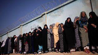 Des femmes font la queue devant un bureau de vote à Kaboul (Afghanistan) au second tour de l'élection présidentielle, le 14 juin 2014. (AHMAD MASOOD / REUTERS)