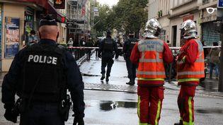 Les pompiers et les forces de l'ordre près des anciens locaux de Charlie Hebdo à Paris où a eu lieu une attaque à l'arme blanche vendredi 25 septembre 2020. (ALAATTIN DOGRU / ANADOLU AGENCY / AFP)