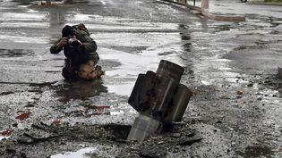 Dans la capitale du Haut-Karabagh arménien, les conséquences des bombardements aveugles des azéris. Ici, un missile Schmerts de fabrication russe s'est fiché dans le sol sans exploser. (CLAUDE BRUILLOT / RADIO FRANCE)