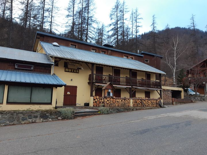 L'hôtel Les Mélèzes est fermé dans le hameau de Casterino dans la vallée des Merveilles. (JEROME JADOT / FRANCEINFO / RADIO FRANCE)