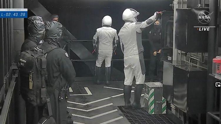 Thomas Pesquet (à droite) et l'astronaute de l'Agence japonaise d'exploration aérospatiale Akihiko Hoshide, sur la rampe de lancement avant la mission Crew-2, le 23 avril 2021, au Centre spatial Kennedy de la NASA en Floride. (AFP)