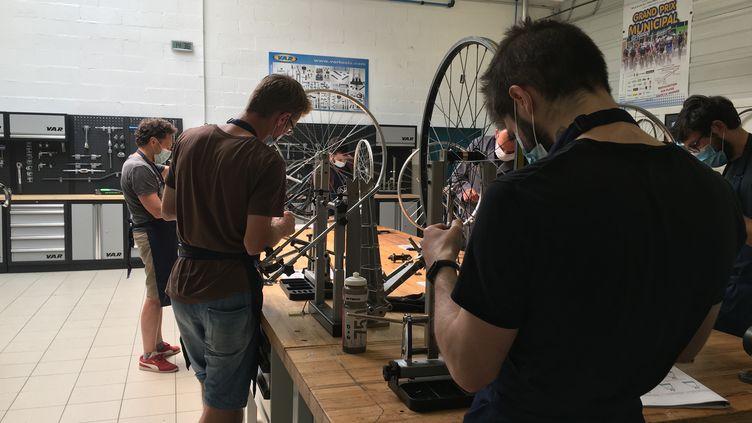 A l'INCM Le Bourget, dix chômeurs de24 à 55 ans sont en formation pour apprendre la réparation de vélos, Le Bourget, mardi 23 juin 2020. (WILLY MOREAU / RADIO FRANCE)