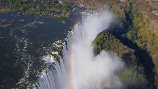 Les chutes Victoriasont encore plus larges et plus grandes que les célèbres chutes du Niagara, aux Etats-Unis. (CAPTURE ECRAN FRANCE 2)