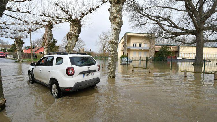 Un rue inondée de Maubourguet le 14 décembre 2019, après les fortes pluies qui ont provoqué les crues de l'Adour et de l'Echez. (LAURENT DARD / AFP)