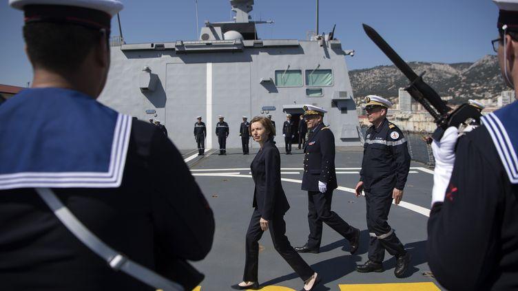 """La ministre des Armées, Florence Parly, lors d'une visite du """"Languedoc"""" à Toulon (Var), le 20 avril 2018. Il s'agit de la seule des trois frégates engagées qui a pu tirer ses trois missiles. (BERTRAND LANGLOIS / AFP)"""