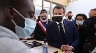 Emmanuel Macron, le 1er mars 2021 à Stains (Seine-Saint-Denis). (THIBAULT CAMUS / AFP)
