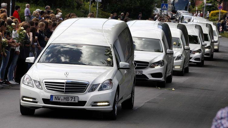 Corbillards blancs transportant les restes d'élèves tués dans l'accident d'avion de Germanwings en France - Haltern, Allemagne, le 10 Juin 2015. (MICHAEL PROBST / AP / SIPA )