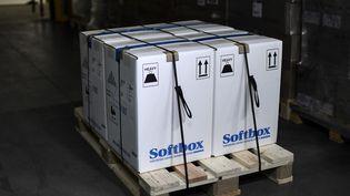 Dans un entrepôt en région parisienne le 26 décembre, les cartons avec les vaccinsPfizer-BioNTech. (STEPHANE DE SAKUTIN / AFP)