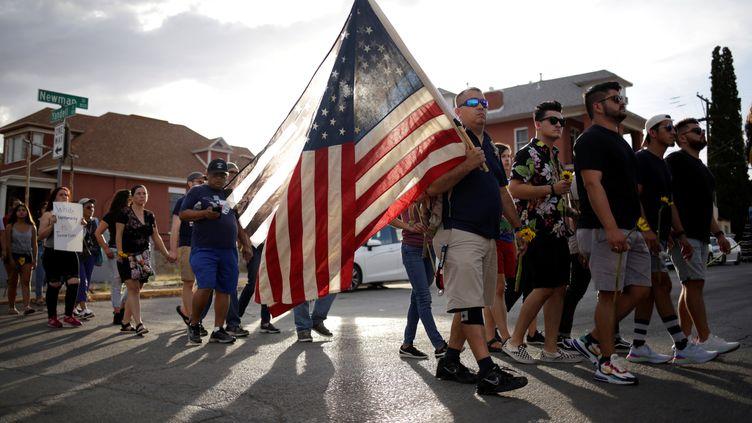 Des habitants se réunissent à El Paso au Texas après la tuerie de masse dans un Walmart, le 5 août 2019. (JOSE LUIS GONZALEZ / REUTERS)