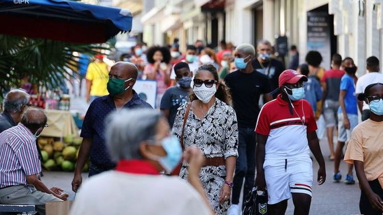 Un couvre-feu pourrait être instauré à La Réunion si le taux d'incidence du virus dépassait un certain seuil dans certains quartiers. (REUNION 1ERE / FRANCETV INFO)