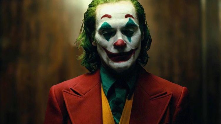 """""""Joker"""" est en lice pour les Oscars, dont la cérémonie se tiendra dimanche 9 février, à Hollywood (États-Unis). Entre le choix de ses rôles, son histoire familiale, et son militantisme appuyé, le comédien de 45 ans est en train de devenir culte. (France 2)"""