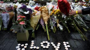 Des fleurs sont déposées à Potters Field Park en hommage aux victimes de l'attentat de Londres du samedi 3 juin 2017. (CLODAGH KILCOYNE / REUTERS)