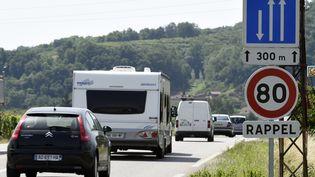 Un panneau de limitation de vitesste à 80 km/h, sur la N7 près de Valence (Drôme), le 2 juillet 2015. (PHILIPPE DESMAZES / AFP)